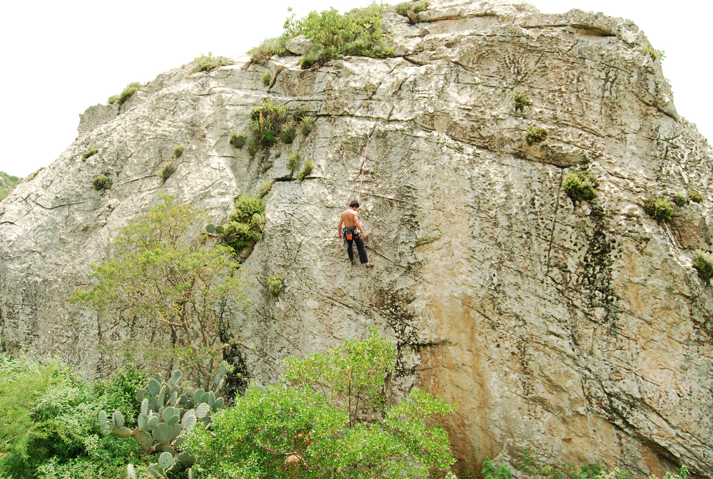 Es todo el peso de nuestro cuerpo el que movemos cuando practicamos escalada (iStock)
