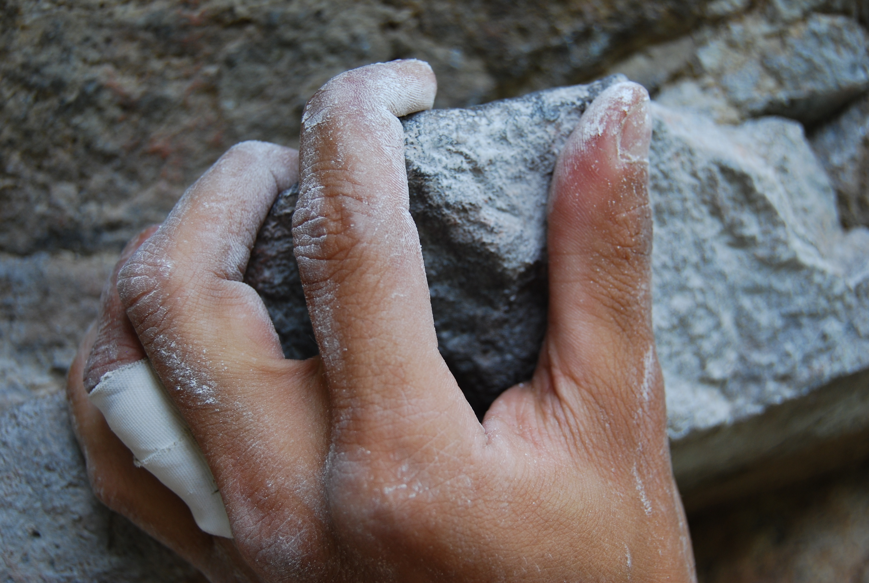 El agarre es un elemento básico en la escalada (iStock)