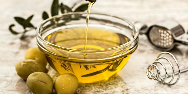 El aceite de oliva ayuda a recubrir el intestino y ralentiza la absorción del alcohol por el cuerpo (Pixabay)