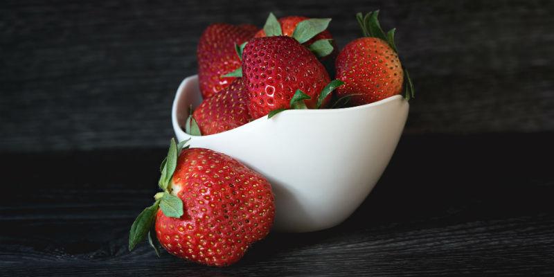 Las fresas protegen el estómago de los daños del alcohol por los antioxidantes que contienen. (Pixabay)