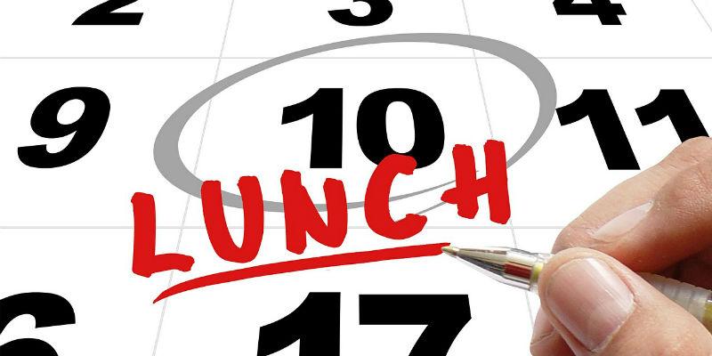 A la vuelta es importante recuperar cuanto antes los horarios de desayuno, comida y cena. (Pixabay)