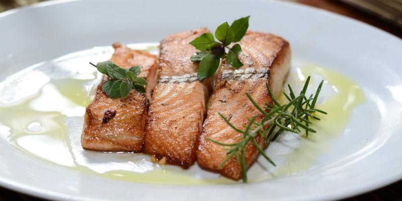 El salmón fortalece el tallo del pelo (Pixabay)