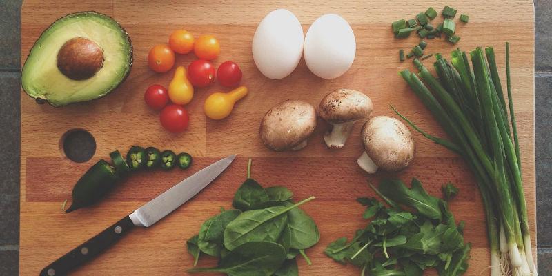 Huevos, aguacate, tomate, espinacas... son alimentos que ayudar a quemar grasas. (Pixabay)
