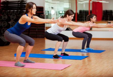 Las sentadillas son un excelente ejercicio para adelgazar tus piernas. (iStock).